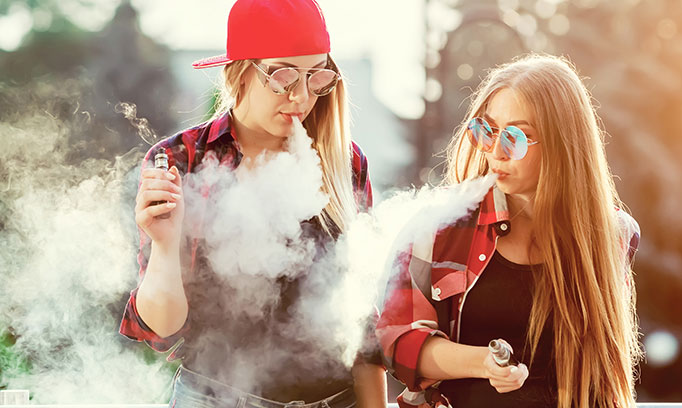 Two teens vaping 682x408